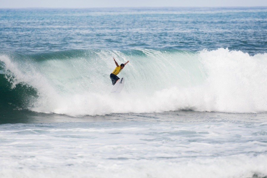 Messias Felix (BRA) dropping tail first and into Round 3.   © ASP / Cestari