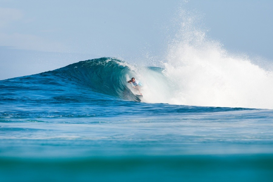 Raoni Monteiro (BRA) squeezing out of a breather at Backdoor.   © ASP / Cestari