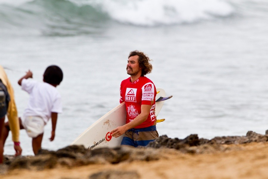 Timmy Reyes (USA) surveying the line up on the way out for his round of 128 heat.   © ASP / Rowland