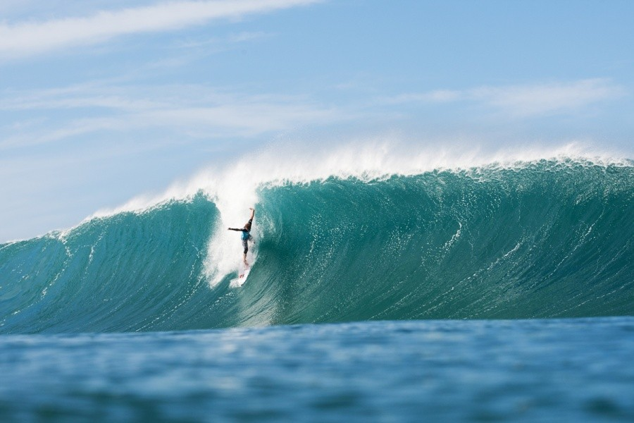 Kai Otton (AUS) tackled his heat with reckless abandon and snapped his board in two.   © ASP / Cestari