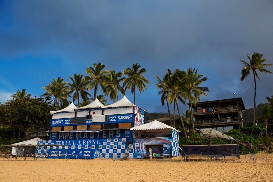 The Billabong Pipe Masters contest site saw no action today.   © ASP / Kirstin
