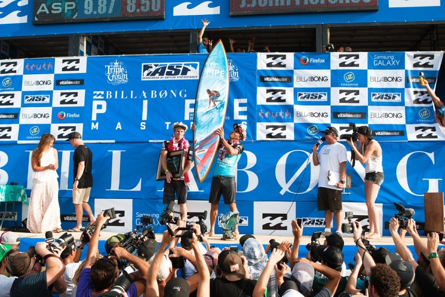 As the Billabong Pipe Master Kelly Slater (USA) gets to take home the one trophy everyone has their eyes on all year, the custom shaped Gerry Lopez single fin.   © ASP / Cestari