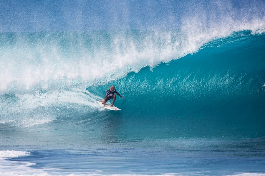 Kelly Slater winning his quarterfinal heat enroute to a Billabong pipe Masters title.   © ASP / Kirstin