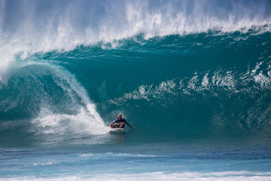 Kelly Slater winning his quarterfinal enroute to clinching a 7th Pipe Masters title   © ASP / Kirstin