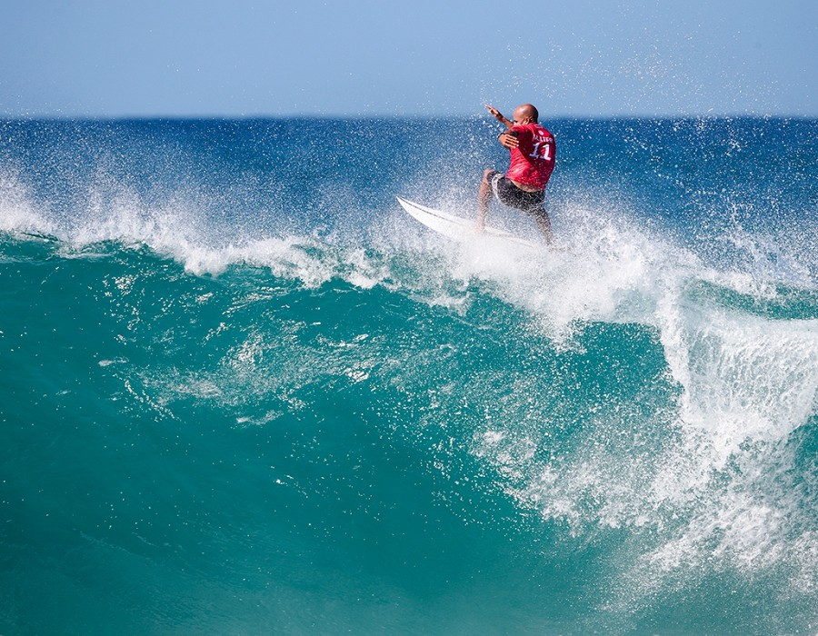 Kelly Slater placed 1st in Heat 10 of Round One at Billabong Pipe Masters.   © WSL / Heff