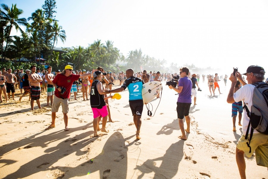 Kelly Slater making his way down the beach.   © ASP / Kirstin