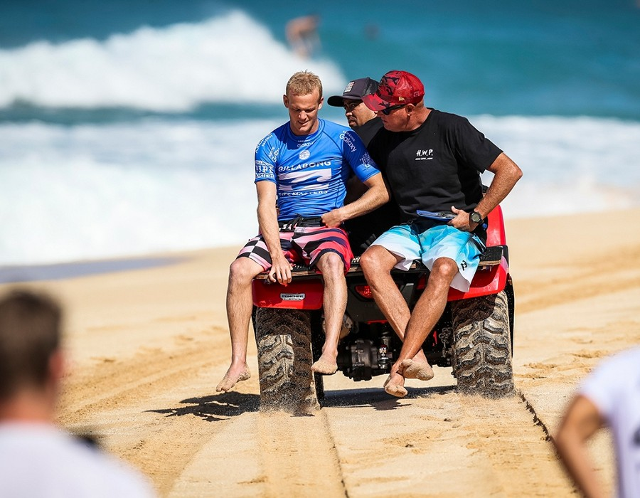 Stu Kennedy gets injured.   © WSL / Cestari