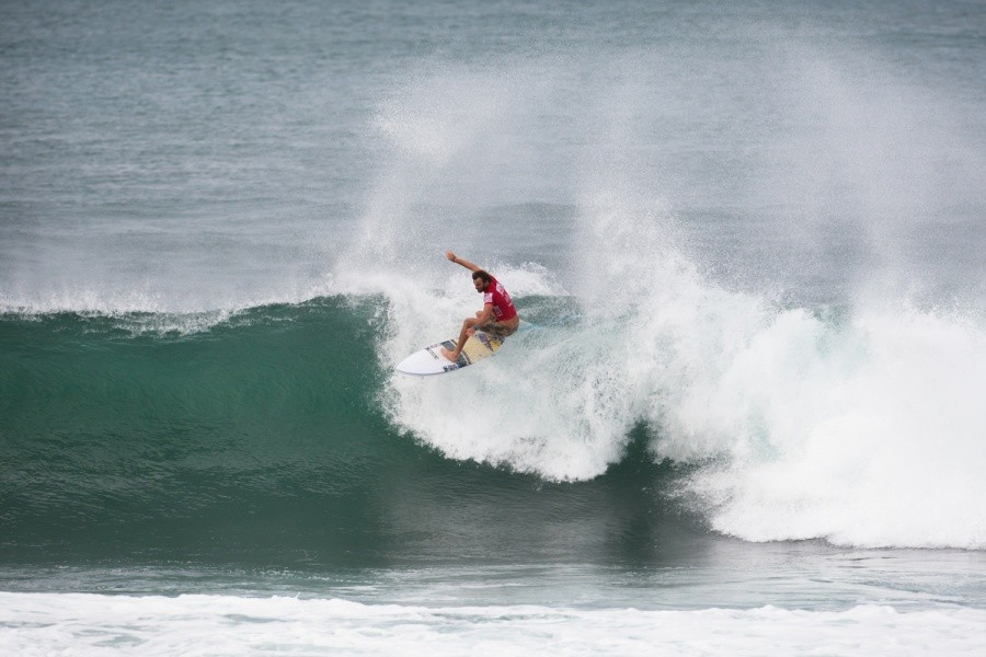 Jay Thompson (AUS) came flying out the door as the heat started and ended up taking 2nd place and a spot in Round 3.   © ASP / Cestari
