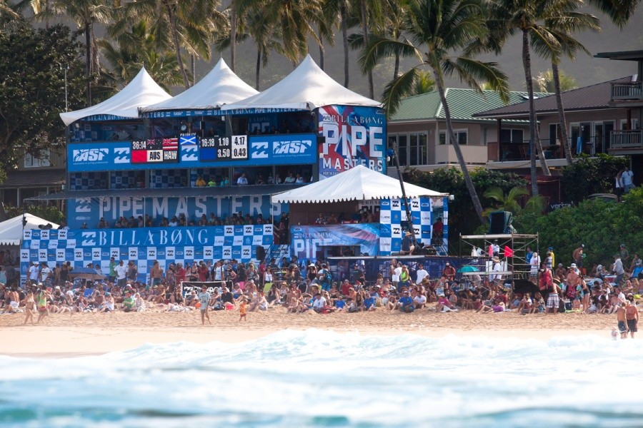 Lots of people on the beach for the first day of the Billabong Pipe Masters in Memory of Andy Irons.   © ASP / Cestari