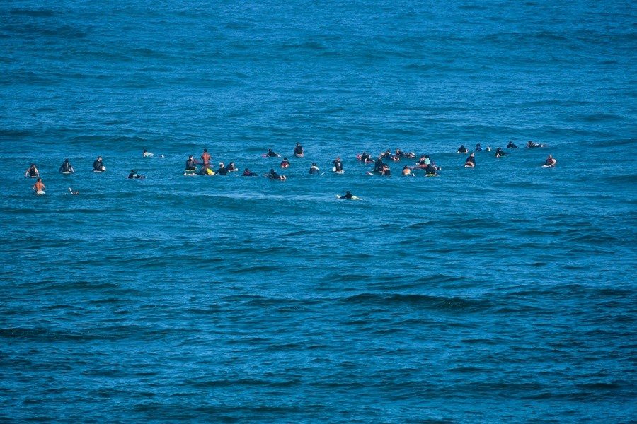 When a good sized swell hit Waimea the lineup got crowded quickly.   © ASP / Cestari