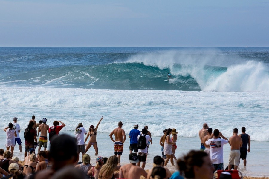 The crowd getting excited at the Billabong Pipe Masters.   © ASP / Kirstin