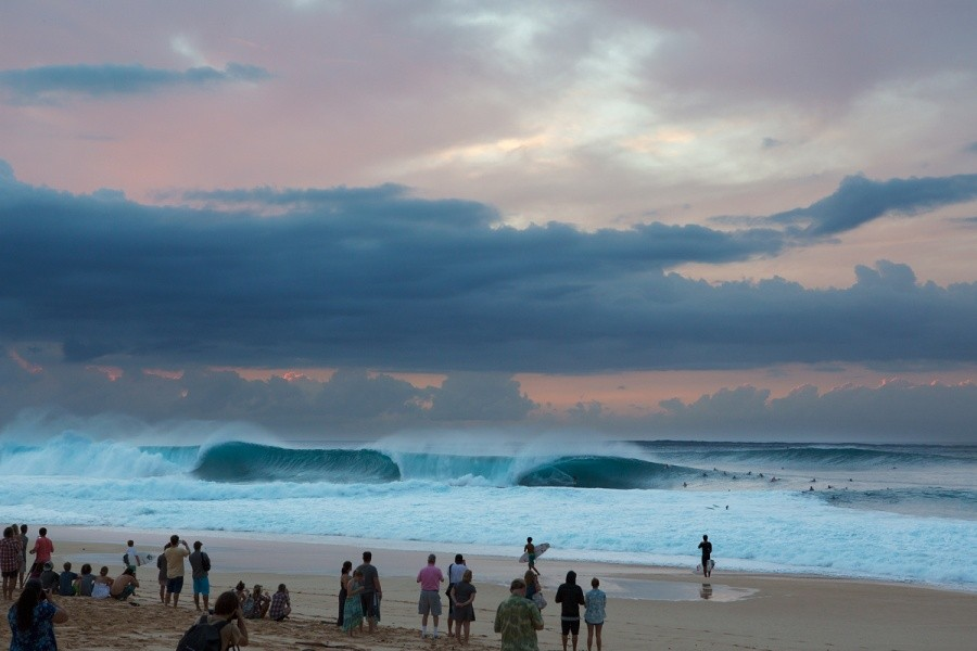 Big crowds at the beach as Pipeline comes to life.   © ASP / Kirstin