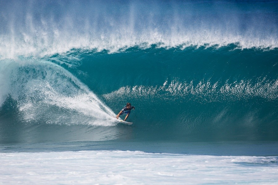 Julian Wilson on a great looking Pipeline wave during the quarterfinals.   © ASP / Kirstin