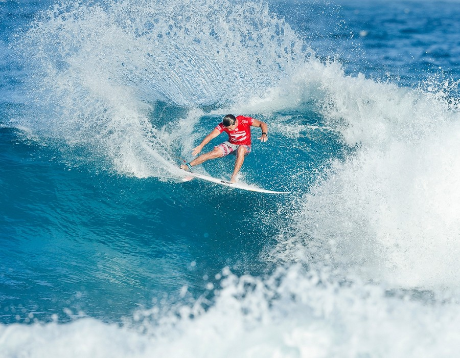 Julian Wilson winning Heat 1 of Round One of the Billabong Pipe Masters.   © WSL / Poullenot
