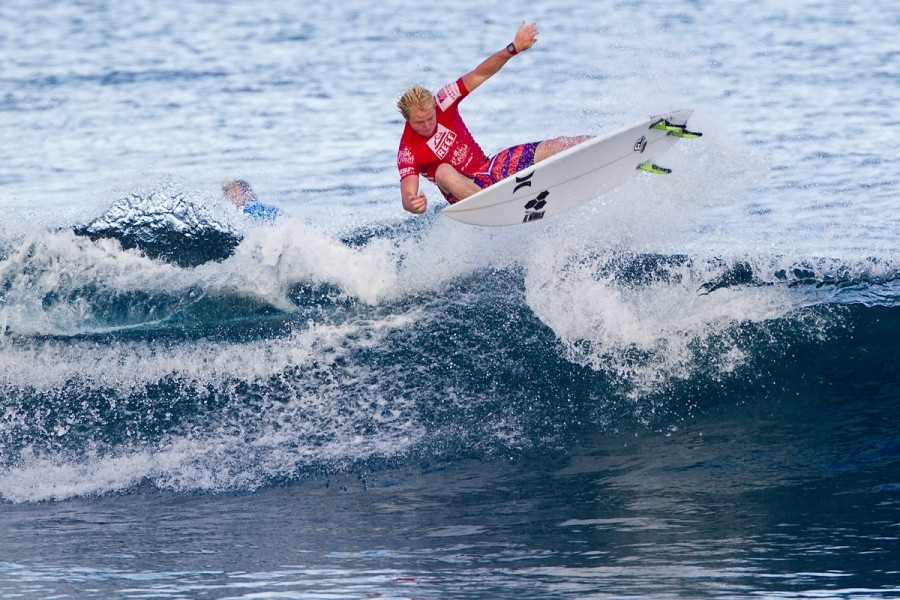 Nat Young (USA) won his round of 64 heat and advanced into 32.   © ASP / Rowland